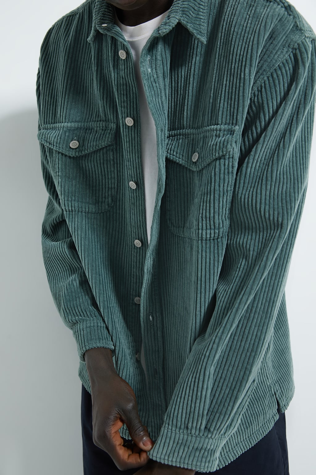 Inspiration d'un modèle de veste en velour grosses bleu vert côtes de Zara men