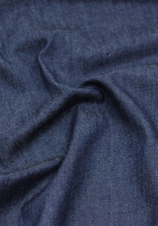 Tissu jean léger de couleur bleu foncé idéal pour coudre un modèle de couture homme