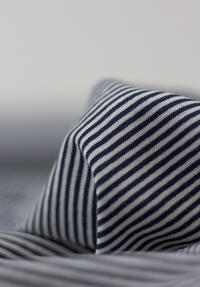 Tissu jersey viscose à fines rayures bleu marine